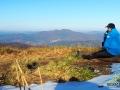 Przewodnik BP Bieszczader na szlaku czerwonym wpatrzony na góry w kierunku Łopiennika i głównej siedziby biura w Mokrem ;-)