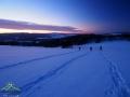 Wędrowcy podążający na rakietach śnieżnych w stronę Żurawinki.
