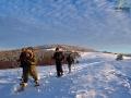 Grupa wędrująca na rakietach w oddali ze szczytem Suliły 759m.