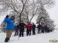 Początek wędrówki na rakietach śnieżnych od szkoły w Lutowiskach.