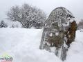 Jedna z macew na kirkucie w Lutowiskach zimą.