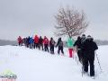 Grupa podczas wędrówki na rakietach śnieżnych na punkt widokowy.