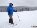 Przewodnik BP Bieszczader opowiadający grupie podczas wędrówki na rakietach śnieżnych.