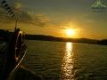 Zachód słońca nad Zalewem Solińskim widziany z rejsu statkiem.