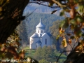 Widok na cerkiew w Wielopolu ze wzgórza przy ruinach klasztornych w Zagórzu.