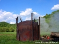 Bieszczadzki wypał węgla drzewnego widziany podczas Traperskiej Przygody.