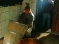 Wytwarzanie oscypków w bacówce w Bieszczadach.