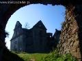 Brama w murze otaczającym ruiny klasztorne karmelitów bosych w Zagórzu