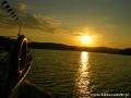Zachód słońca widziany nad zalewem solińskim podczas rejsu statkiem.