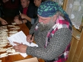 Ryszard Denisiu w pracowni ikon podpisuje książkę Zakapiorskie Bieszczady.
