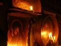 Prace artysty w Hoczwi oświetlone świecami podczas spotkania z grupą.