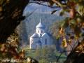 Widok na cerkiew w Wielopolu z ruin klasztornych w Zagórzu.