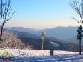 Widok z góry OKRĄGLIK 1101m w stronę Rabiej Skały 1199m i innych górek po stronie słowackiej.