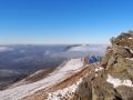 Skały na szczycie Połoniny Caryńskiej i widok w stronę Wetliny.