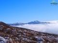 Pierwszy widok na góry powyżej granicy lasu i morze mgieł.
