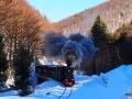 Ciuchia parowa jadąca zimą przez Bieszczady.
