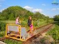 Drezyna rowerowa przy wzgórzu z Zamkiem Sobień nie wymaga dużego wysiłku - dziewczynki ze szkoły podstawowej pokonały niemal połowę trasy z innymi 3 pasażerami!