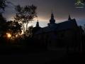 Cerkiew w Monastercu w promieniach zachodzącego słońca.