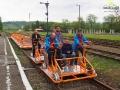 Pierwsi chętni do testowania drezyn łącznie z jej właścicielami przygotowani do wyjazdu ze stacji w Uhercach Mineralnych.