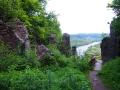 Widok z ruin Zamku Sobień na dolinę rzeki San oraz tory, po których jeżdżą drezyny rowerowe.