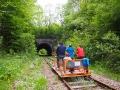 Drezyny na torach przez wjazdem do tunelu w Uhercach Mineralnych.