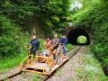 Pędzące drezyny rowerowe na torach za tunelem w Uhercach Mineralnych.