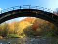 Zdjęcie panoramiczne przedstawiające wiadukt bieszczadzkiej kolejki leśnej w Duszatynie.