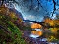 Wiadukt bieszczadzkiej ciuchci w Duszatynie późnym jesiennym popołudniem.