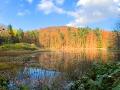 Górne Jeziorko Duszatyńskie w ostatnich promieniach jesiennego słońca.