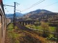 Widok na wiadukt ze stacji w miejscowości Uż, pod którym przechodzi droga.