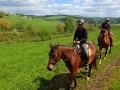 Madzia i Kasia podczas jazdy w terenie na koniach.