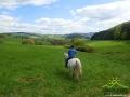 Damian patrzący na swoje pola w Wysoczanach...