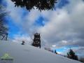 Widok na wieżę widokową na szczycie KORBANI po wyjściu z lasu.