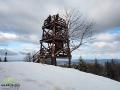 Turyści na wieży widokowej na szczycie Korbanii.
