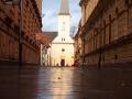 Jedna z uliczek odchodząca od rynku do świątyni ewangelickiej i Muzeum Tortur.