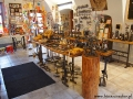 Miejscowi rzemieślicy sprzedają swoje wyroby jako pamiątki.
