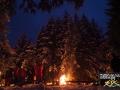 Taki klimat panuje na leśnej polanie po zmroku w blasku ogniska i pochodni...