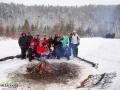 Grupa dotarła na saniach na leśną polanę, gdzie czekało przygotowane ognisko.