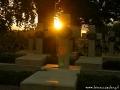 Promienie zachodzącego słońca nad krzyżami na Cmentarzu Orląt Lwowskich.