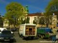 Sprzedaż chleba i ryb prosto z samochodów w pobliżu kościoła pw. św. Antoniego.
