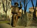 Pomnik NIKIFORA obok kościoła Dominikanów we Lwowie.