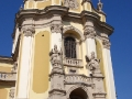 Święty Jerzy walczący ze smokiem na koniu na szczycie katedry św. Jura we Lwowie.