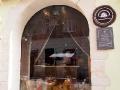 Z ulicy przez szybę można podglądnąć proces wytwarzania lwowskich słodyczy.