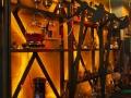 Proces destylacji ropy odbywa się na ścianie restauracji we Lwowie.