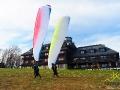Test nowych skrzydeł paralotniowych przy budynku hotelu i restauracji w Bezmiechowej na szczycie góry.