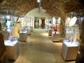 Jedno z pomieszczeń w dawnych piwnicach pod rynkiem w Krośnie z wystawą szkła CDS.