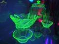 Szkło z czątkami uranu świecące w promieniach ultrafioletowych.