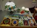 Witraże, lampy, stoły, bombki choinkowe i wiele innych powstających w Krośnie ze szkła.
