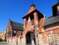 Mury i brama przy klasztorze ojców Franciszkanów w Krośnie.