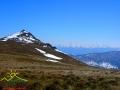 Na pierwszym planie Pikuj, a na horyzoncie imponujące pasmo Borżawa.
